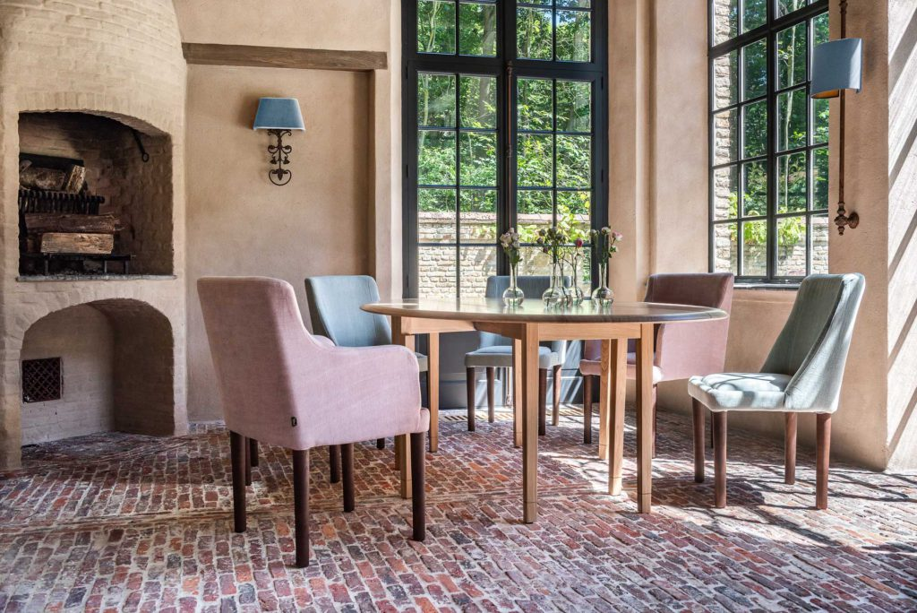 Dining room in a beautiful Belgian home with fireplace and Venetian plaster. Belgian style furniture and interior design.#belgianpearls #belgianstyle #belgiandesign #europeancountry #belgianlinen #belgianfurniture